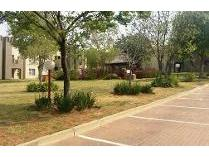 Townhouse in to rent in Bromhof, Randburg