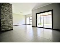 Townhouse in to rent in Morninghill, Germiston