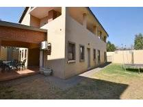 Townhouse in to rent in Alberante, Alberton