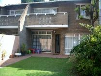 Townhouse in to rent in Victory Park, Randburg