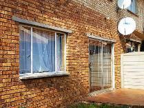 Townhouse in to rent in Terenure, Kempton Park
