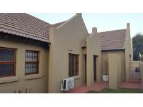 Townhouse in to rent in Pinehaven Township, Krugersdorp