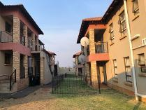 Townhouse in to rent in Groblerpark, Roodepoort