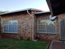 Townhouse in to rent in Monument, Krugersdorp