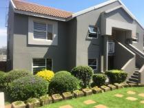 Townhouse in to rent in Kensington, Johannesburg
