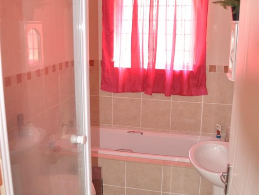 Flat-Apartment-standar_http://multimedia.persquare.co.za/s838x629_1254552001-Meredale, Johannesburg