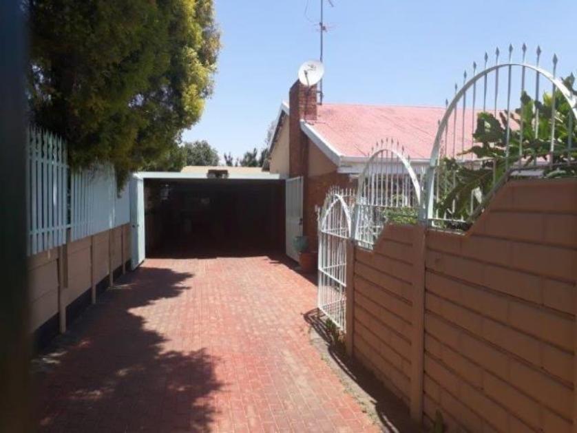 House-standar_http://multimedia.persquare.co.za/s838x629_1382363074-Kempton Park, Ekurhuleni
