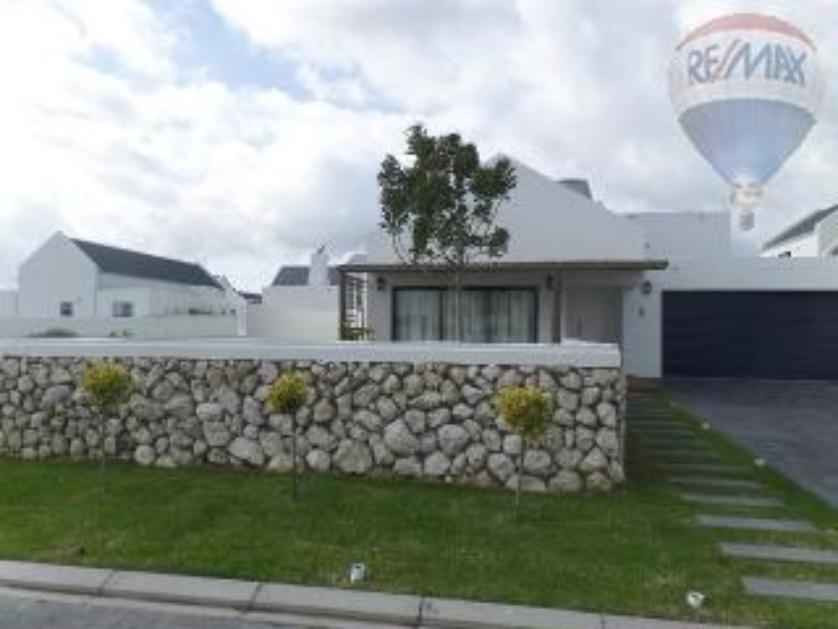 House-standar_http://multimedia.persquare.co.za/s838x629_1808853784-Langebaan, Saldanha Bay