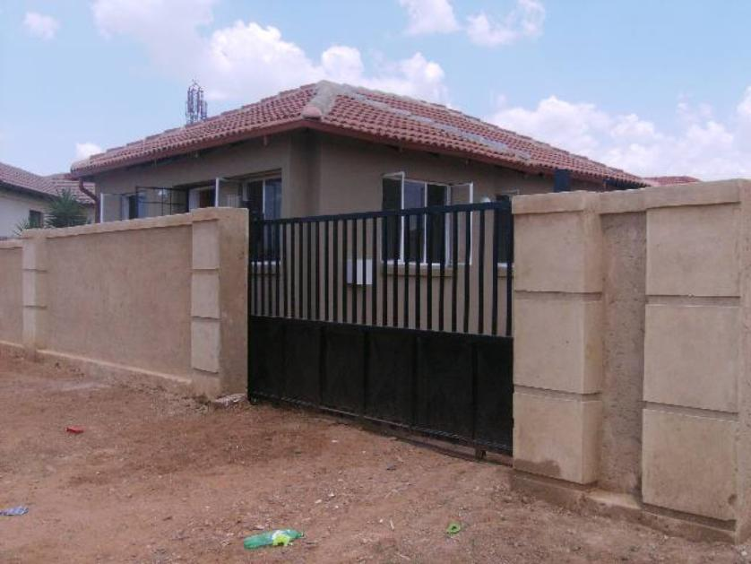 House-standar_http://multimedia.persquare.co.za/s838x629_194004492-Cosmo City, Roodepoort