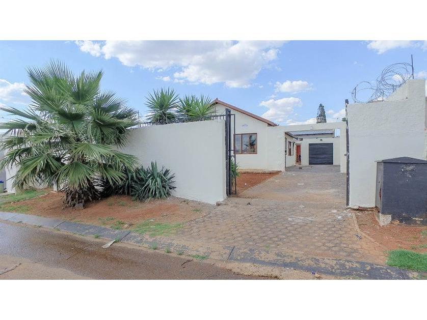 House-standar_http://multimedia.persquare.co.za/s838x629_256880030-Lenasia South, City of Johannesburg