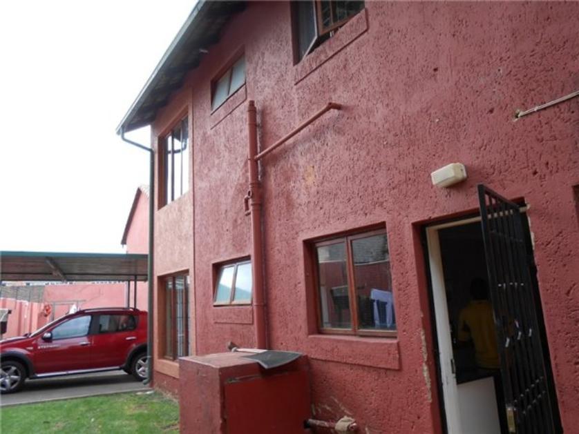 Flat-Apartment-standar_http://multimedia.persquare.co.za/s838x629_428041193-Florida, Roodepoort