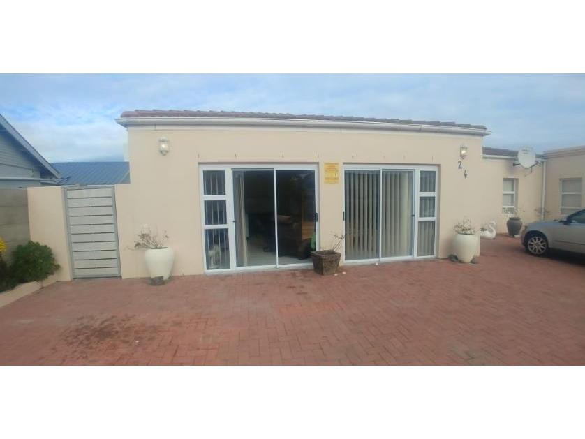 House-standar_http://multimedia.persquare.co.za/s838x629_738304543-Yzerfontein, Swartland